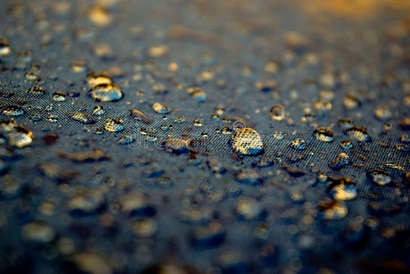 Gotas da água que refletem a luz dourada na altura do por do sol imagens de stock