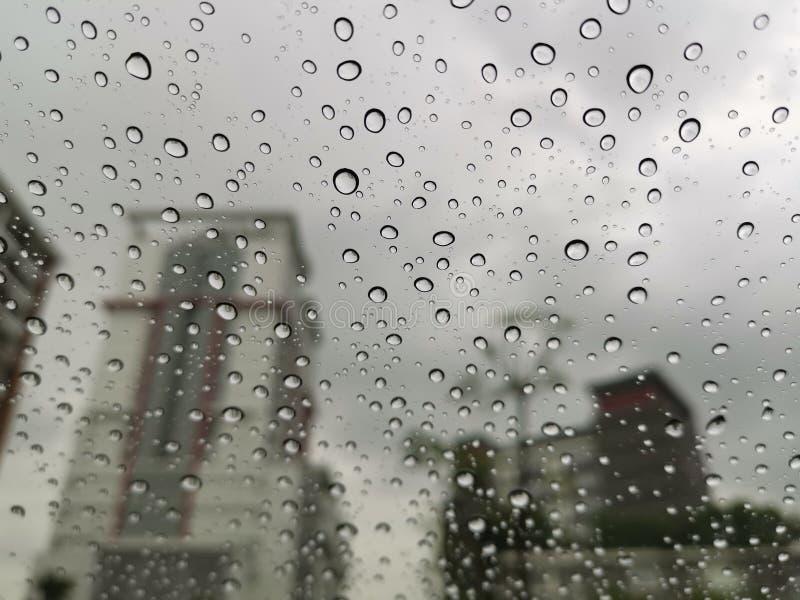 Gotas da chuva da água na superfície do vidro de janela imagens de stock royalty free