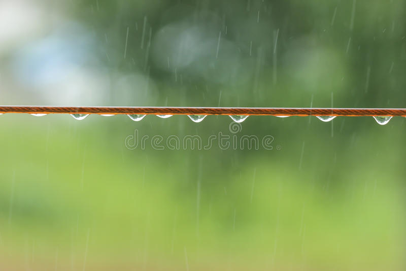 Gotas da chuva na corda imagem de stock