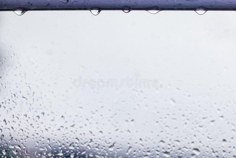 Gotas da chuva na queda superior da vontade Fundo da água foto de stock