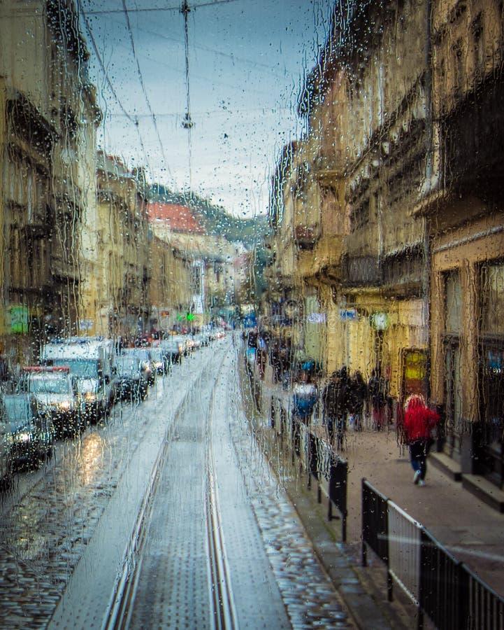 Gotas da chuva no fundo de vidro Luzes de Bokeh da rua fora de foco Autumn Abstract Backdrop foto de stock royalty free