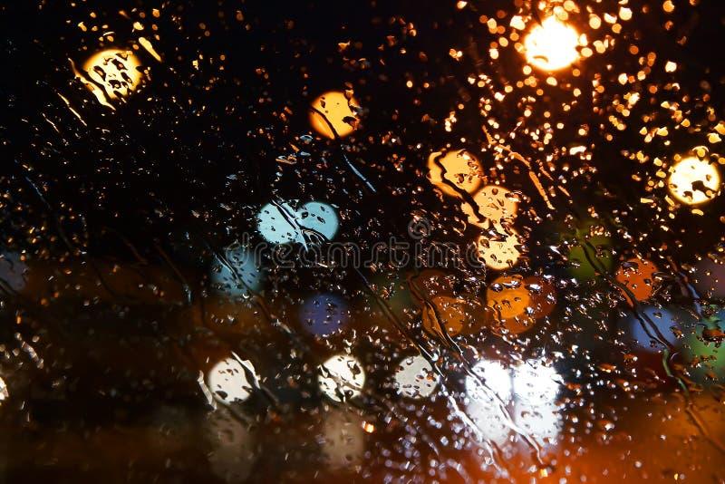 Gotas da chuva no indicador Cidade da noite de Bokeh foto de stock royalty free
