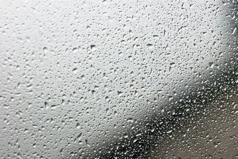 Gotas da chuva no vidro cinzento foto de stock royalty free