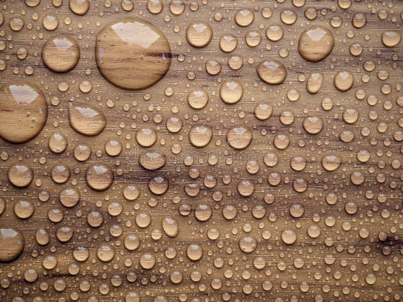 Gotas de água na superfície de madeira foto de stock