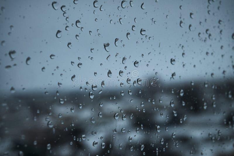 Gotas de agua del fondo en la ventana fotos de archivo