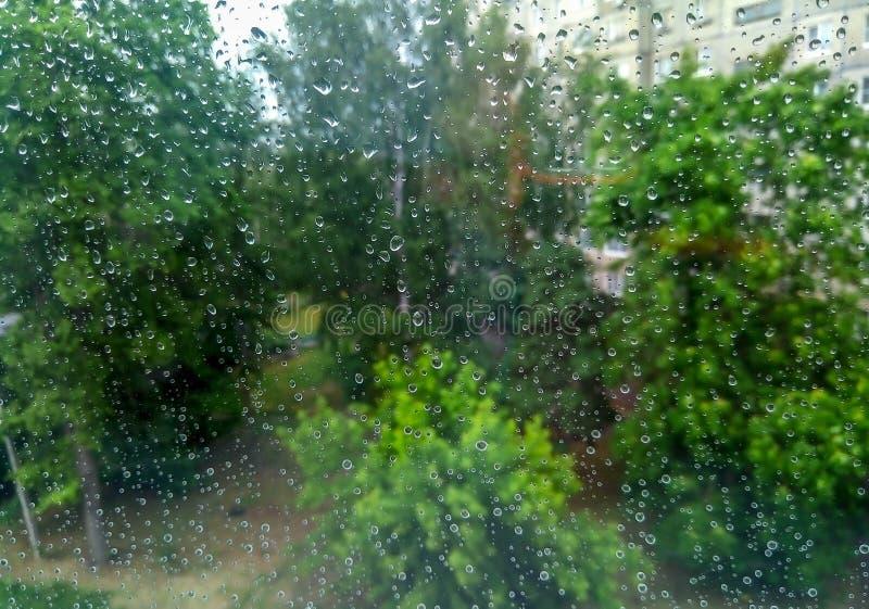 Gotas de agua en el cristal de ventana fotos de archivo