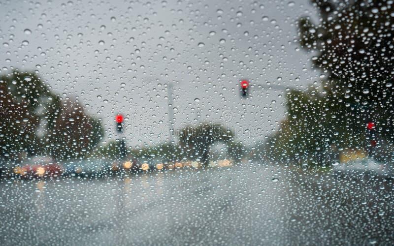 Gotas de agua en el parabrisas mientras que conduce en un día lluvioso durante la temporada de otoño, California foto de archivo