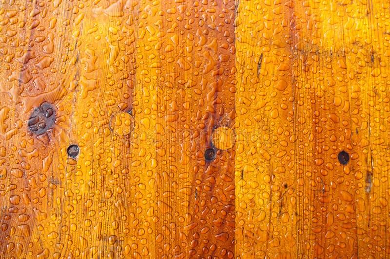 Gotas de agua en la textura de madera foto de archivo