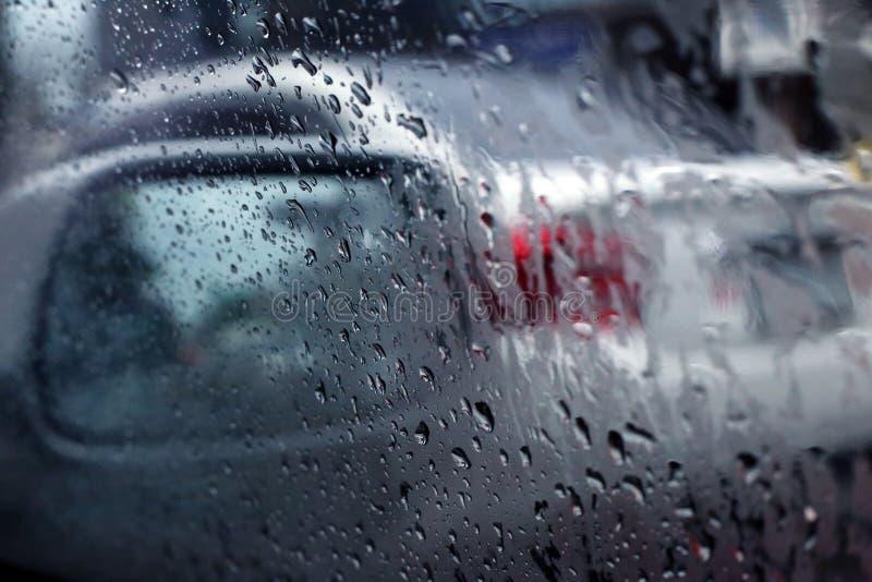 Gotas de agua en la ventanilla del coche fotografía de archivo