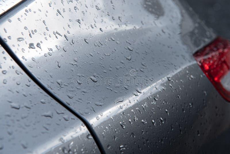 Gotas de agua en superficie del coche imagen de archivo libre de regalías