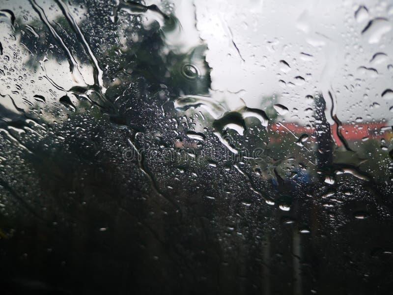 Gotas de agua en una ventana con la nube de la oscuridad imágenes de archivo libres de regalías