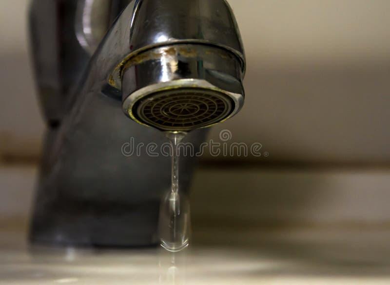 Gotas de escape da água da oxidação velha e do torneira manchado imagem de stock royalty free