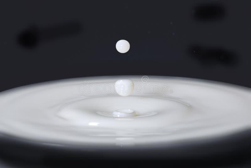 Gotas de la leche fotos de archivo