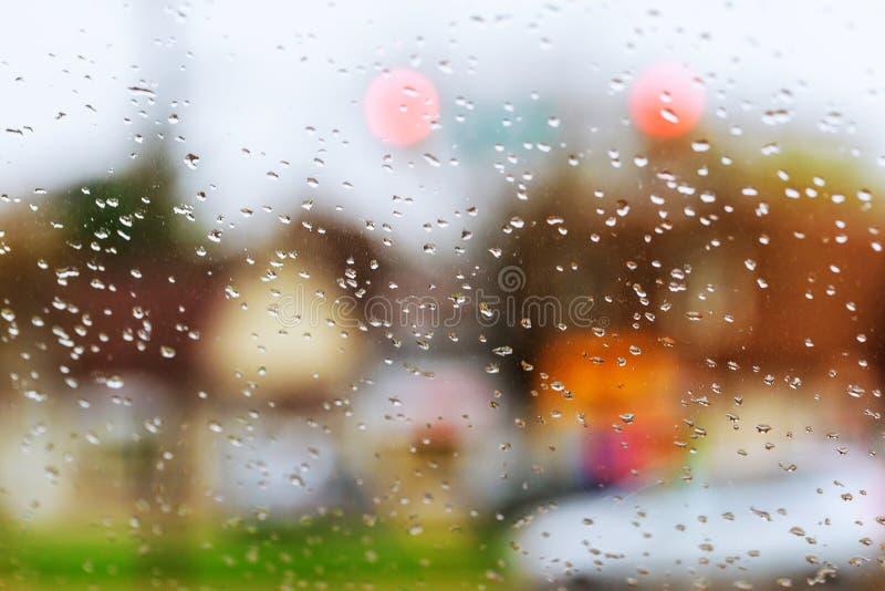 Gotas de la lluvia en fondo de cristal azul Luces de Bokeh de la calle desenfocado fotografía de archivo libre de regalías