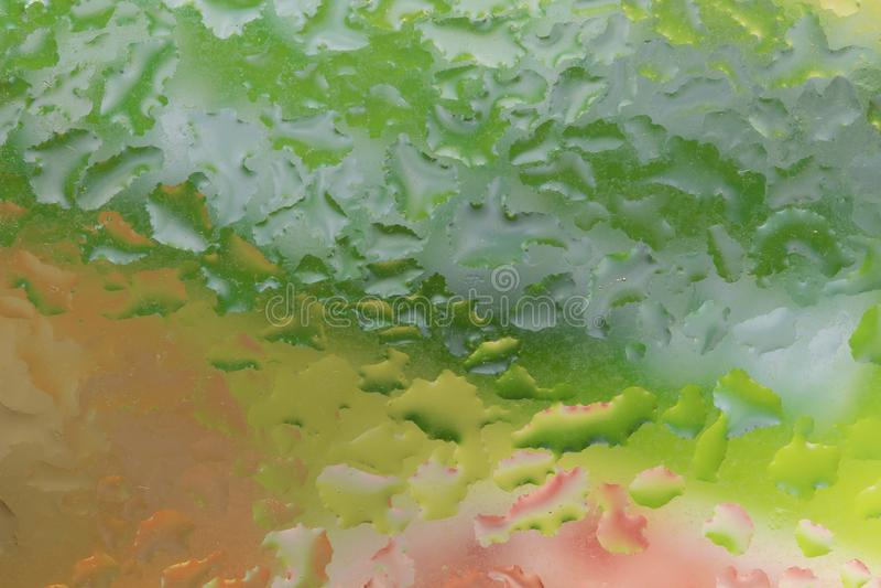 Gotas de la lluvia en un vidrio de la ventana color fotografía de archivo