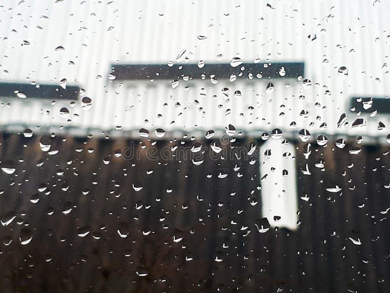 Gotas de lluvia del agua sobre el vidrio fotografía de archivo