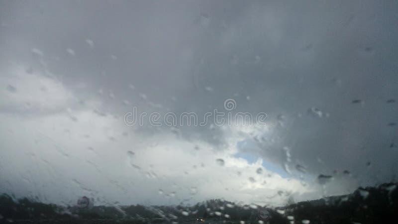 Gotas de lluvia en mi parabrisas fotos de archivo libres de regalías