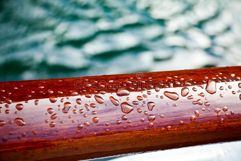 Gotas de lluvia en una madera sellada imágenes de archivo libres de regalías