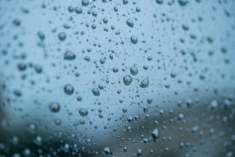 Gotas de lluvia en una ventanilla del coche fotografía de archivo libre de regalías