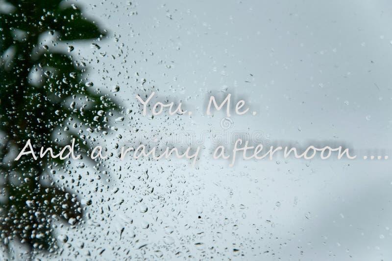Gotas de lluvia en ventana y mandarle un SMS ' Yo Y concepto amoroso blando de una tarde lluviosa 'en días del mún tiempo imagenes de archivo
