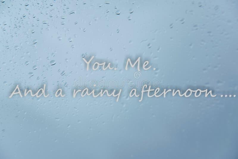 Gotas de lluvia en ventana y mandarle un SMS ' Yo Y concepto amoroso blando de una tarde lluviosa 'en días del mún tiempo imágenes de archivo libres de regalías