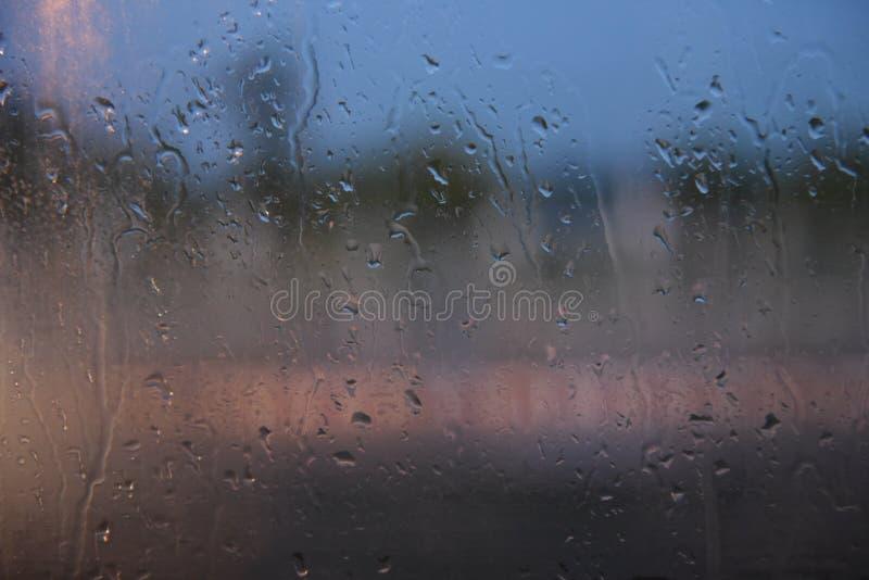 Gotas de lluvia, espejos de coche, reflexiones, luces de la noche fotografía de archivo libre de regalías