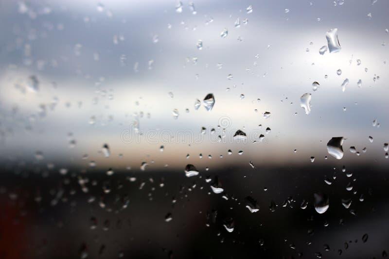 Gotas de lluvia grandes en el vidrio de la ventana claro foto de archivo libre de regalías