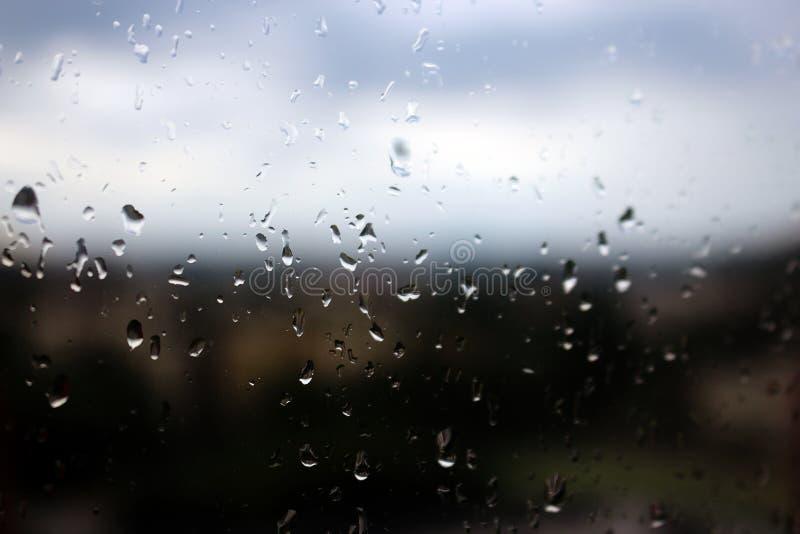 Gotas de lluvia grandes en el vidrio de la ventana claro imagen de archivo libre de regalías