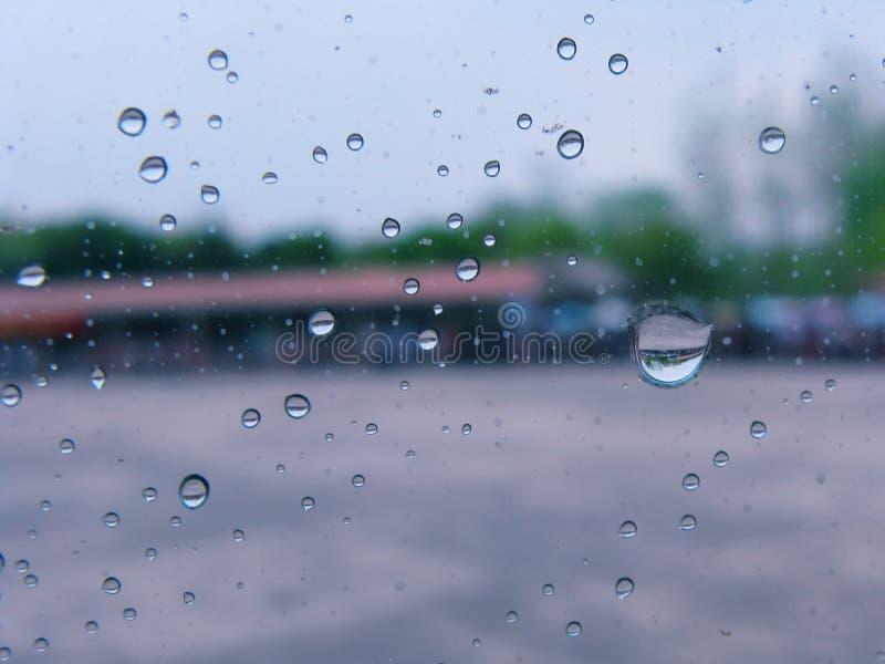Gotas de lluvia sobre el vidrio fotografía de archivo libre de regalías