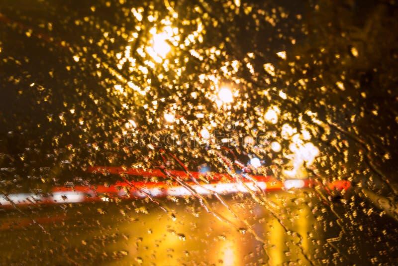 Gotas de lluvia sobre el vidrio, bokeh imágenes de archivo libres de regalías