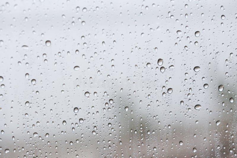Gotas de lluvia sobre el vidrio del coche imágenes de archivo libres de regalías
