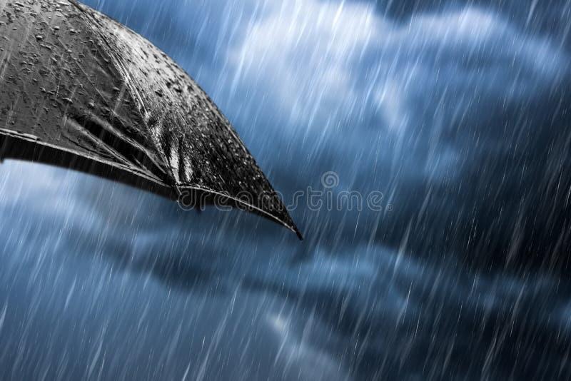 Gotas de lluvia de un concepto negro del paraguas imágenes de archivo libres de regalías