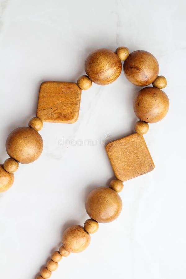 Gotas de madera en el fondo blanco, opinión superior del collar foto de archivo libre de regalías