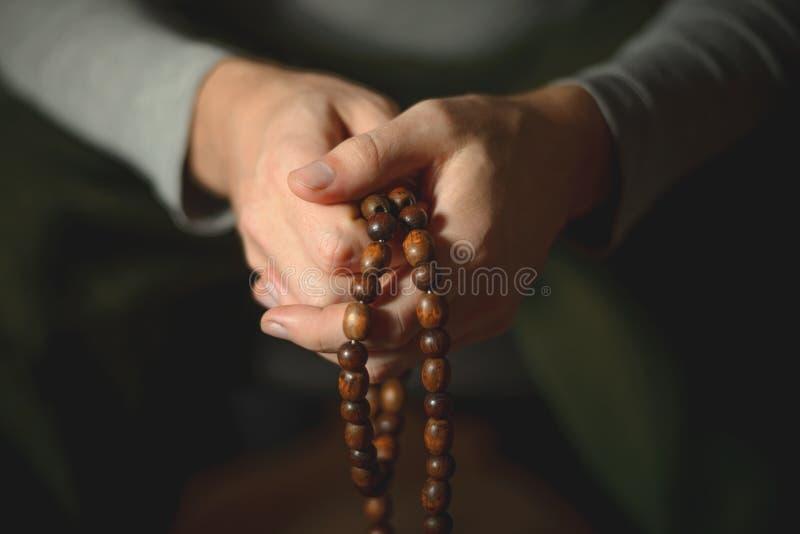 Gotas de rezo para la meditación en las manos de los hombres Paz, conciencia y mindfulness imagenes de archivo
