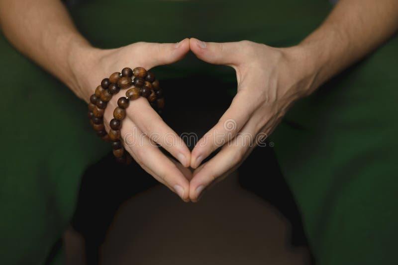 Gotas de rezo para la meditación en las manos de los hombres Paz, conciencia y mindfulness fotografía de archivo libre de regalías