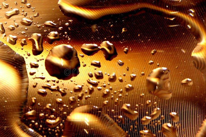 Gotas del agua - oro profundo fotografía de archivo
