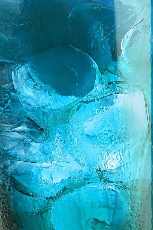 Gotas del agua sobre el vidrio con hielo imagen de archivo