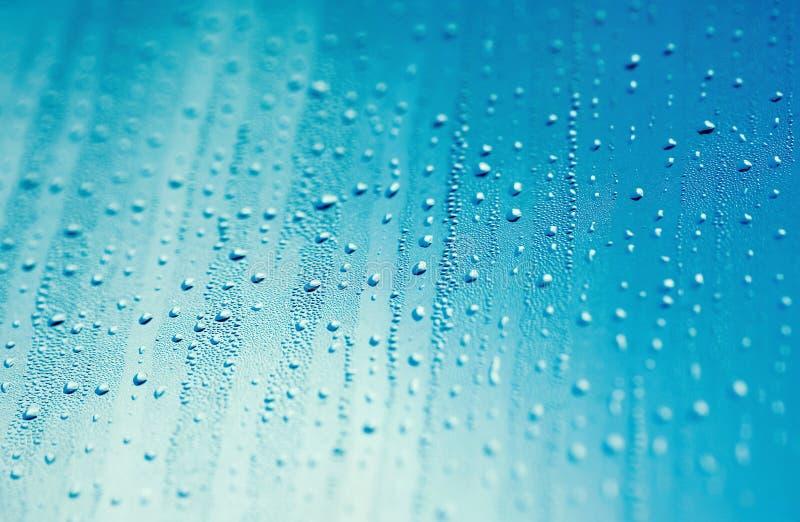Gotas del agua y cielo azul imagenes de archivo