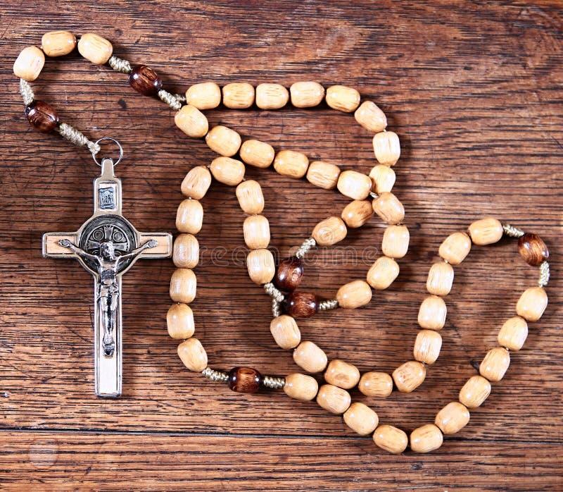 Gotas del rosario en una tabla en la iglesia imágenes de archivo libres de regalías