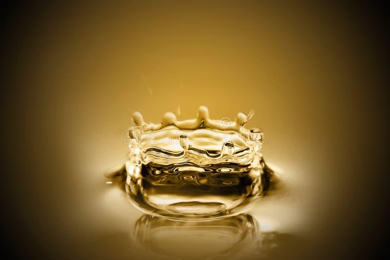 Gotas do ouro líquido fotografia de stock