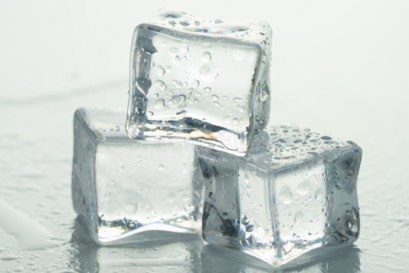 Gotas dos cubos e da água de gelo imagem de stock royalty free