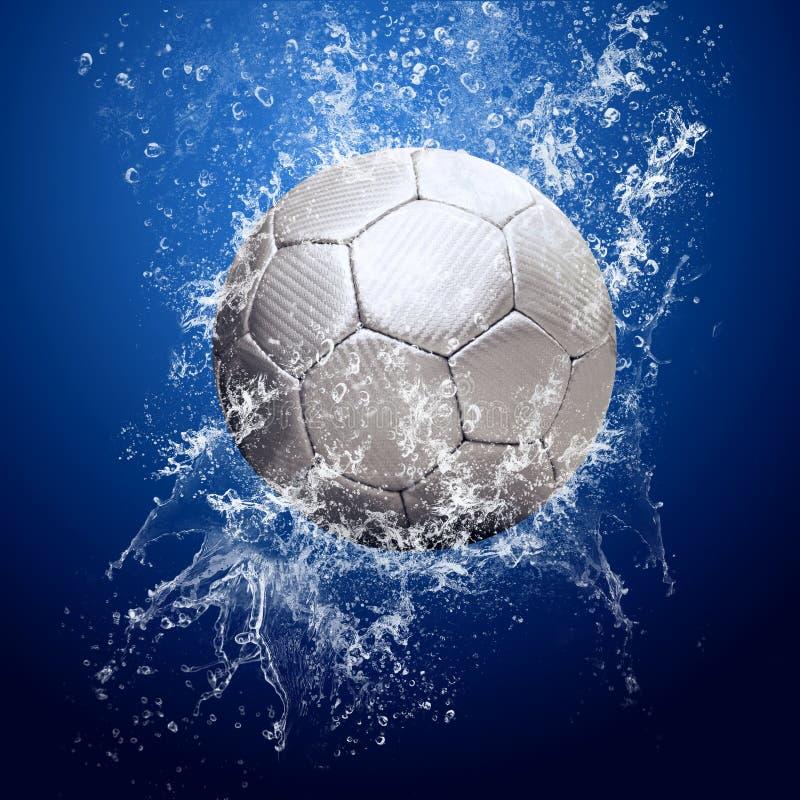 Gotas em torno da esfera de futebol sob a água fotografia de stock