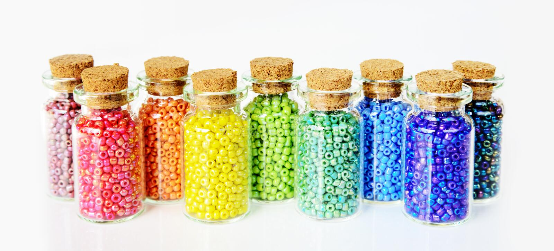 Gotas multicoloras en un fondo blanco imágenes de archivo libres de regalías