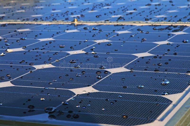 Gotas no painel photovoltaic fotografia de stock royalty free