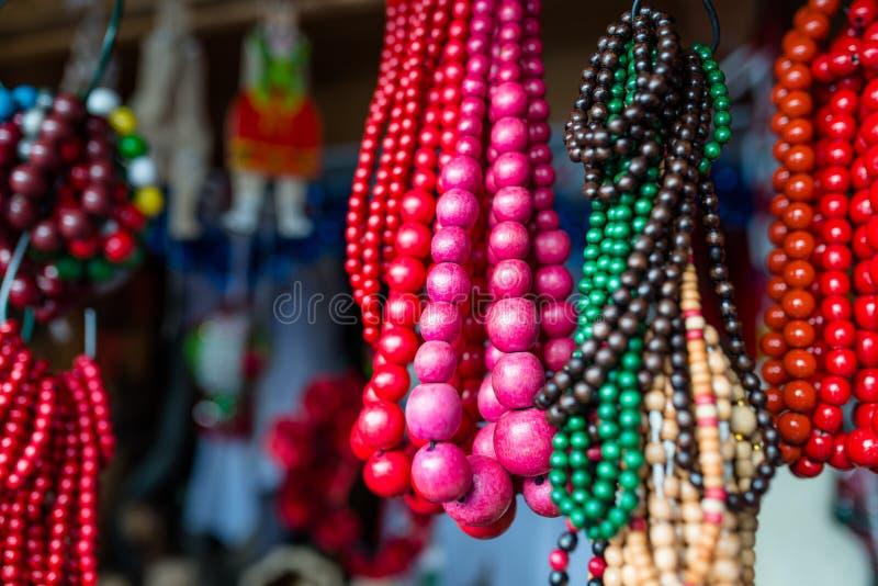 Gotas pequeñas y grandes coloridas en una caída de la secuencia en la feria de la ciudad fotos de archivo libres de regalías