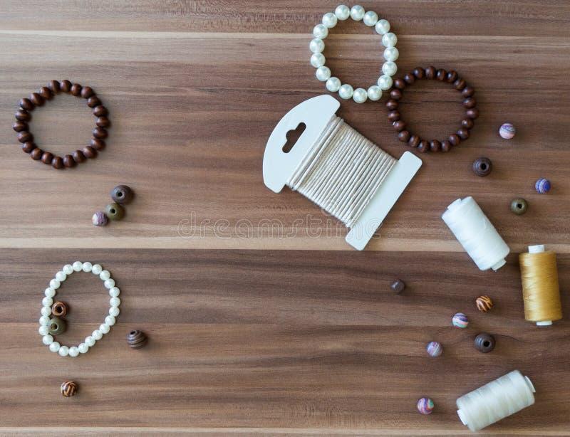 Gotas, perlas, hilo y secuencia foto de archivo