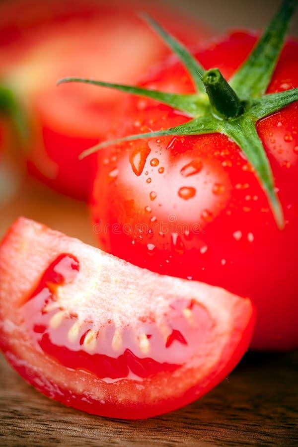 Gotas rebanadas tomate del agua imagenes de archivo