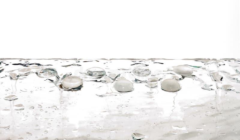 Gotas transparentes del agua blanca de las gemas líquidas imagen de archivo