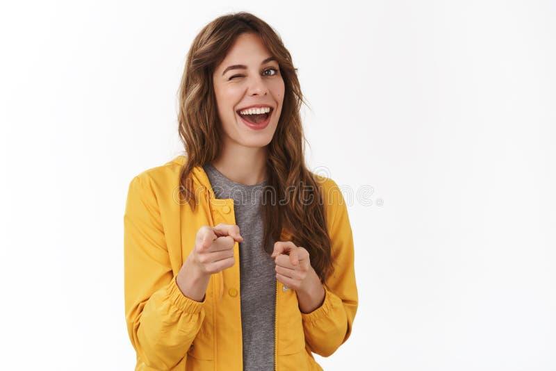 gotcha Hej önska att vara vänner Uppnosig säker avkopplad ung partiflicka som ler blinka i huvudsak godkännande som pekar kameran arkivbild