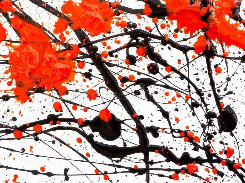 Goteando la pintura negra y roja aislada en el fondo blanco El aceite combustible que fluye salpica, los descensos y rastro fotos de archivo libres de regalías